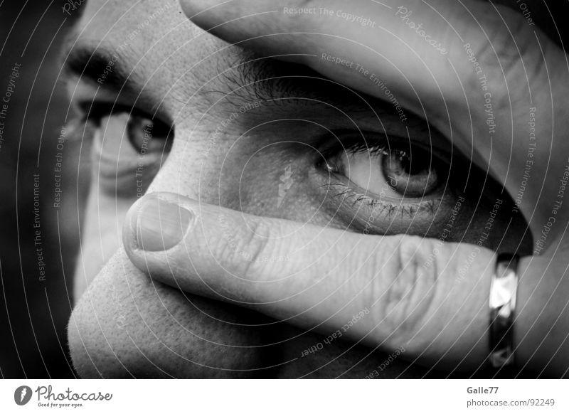 Eheman(n) sich versieht... Gesicht Auge Finger Kreis beobachten Vertrauen geheimnisvoll entdecken verstecken Gedanke Durchblick Schmuck Ehering