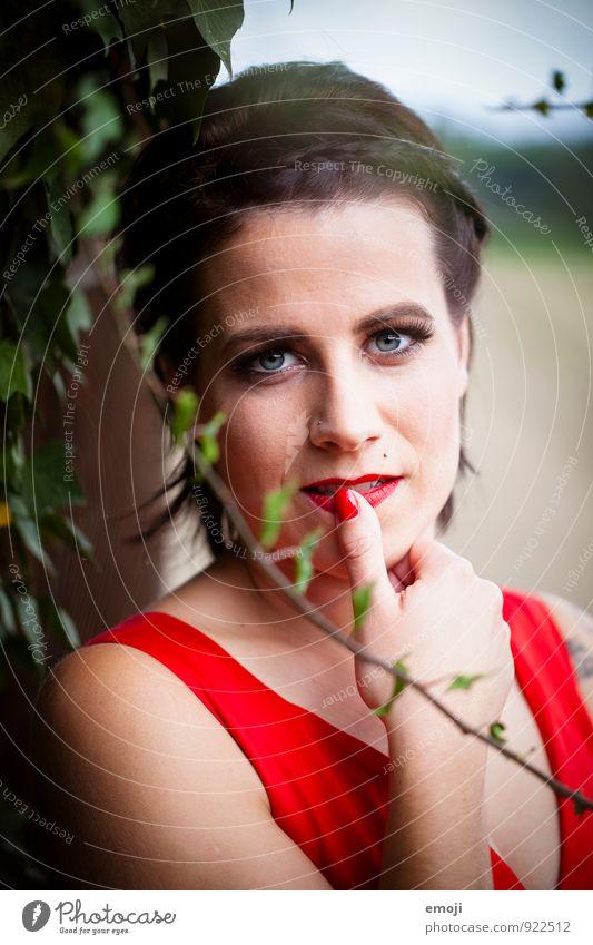 Efeu feminin Junge Frau Jugendliche Gesicht 1 Mensch 18-30 Jahre Erwachsene trendy retro rot Schminke Farbfoto Außenaufnahme Tag Schwache Tiefenschärfe Porträt