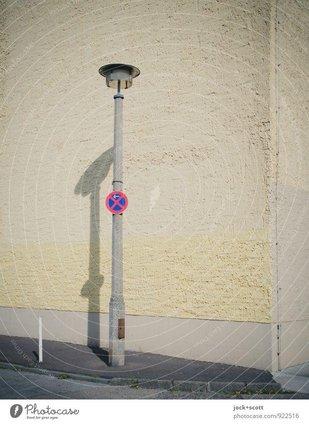 Halteverbot Mitte DDR Schönes Wetter Berlin-Mitte Brandmauer Putzfassade Ecke Straßenbeleuchtung Bürgersteig Hinweisschild Warnschild authentisch einfach