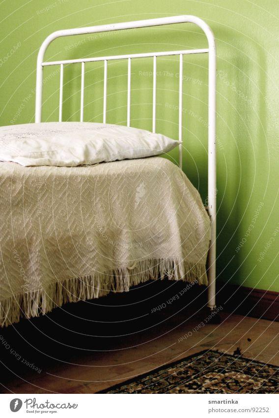 Guten Morgen Bett hart Kissen Raum Trauer Verzweiflung Gitterbett Schlafstelle karg Dienstmädchen Traurigkeit Arme Einsamkeit Kopfkissen