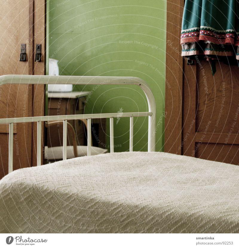 Gute Nacht Bett Schrank Spiegel hart Raum Trauer historisch Gitterbett Schlafstelle karg Dienstmädchen Traurigkeit Arme Einsamkeit