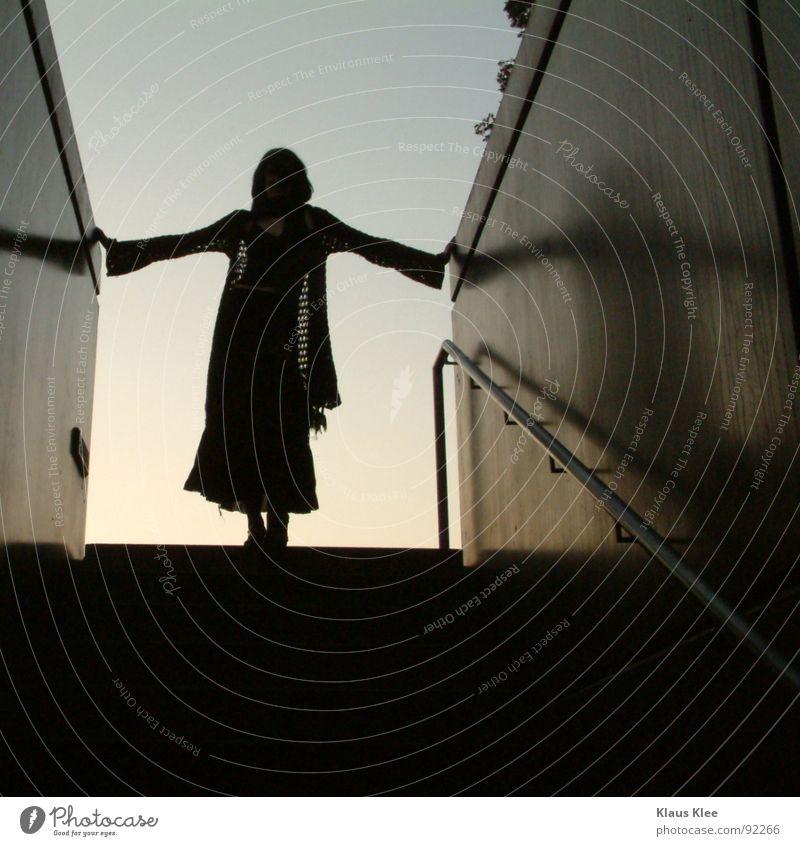 Haltemir Frau Tunnel dunkel Wand Mauer Ecke Schal Vertrauen Geländer siluette Treppe Himmel Schatten
