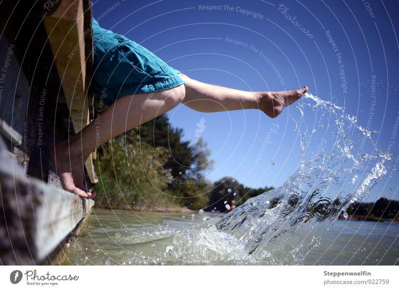 Beine baumeln Mensch androgyn Fuß 1 Natur Pflanze Wasser Wassertropfen Himmel Wolkenloser Himmel See genießen hocken blau türkis Stimmung Freude Glück