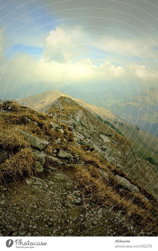 Wolkenberg Sonne Allgäu wandern Bergsteigen frisch kalt tief grün Einsamkeit alpin Ferne Unendlichkeit Gras Gipfel Aussicht Wolkenformation monumental