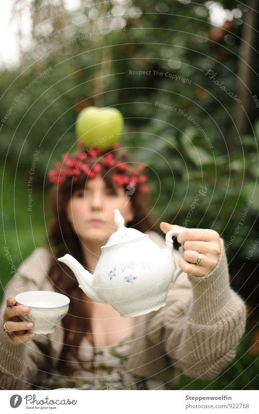 Teatime im Wunderland Junge Frau Jugendliche Erwachsene Zufriedenheit Teetrinken Apfel Apfelplantage Porzellan Teeservice altmodisch Surrealismus absurd Spielen