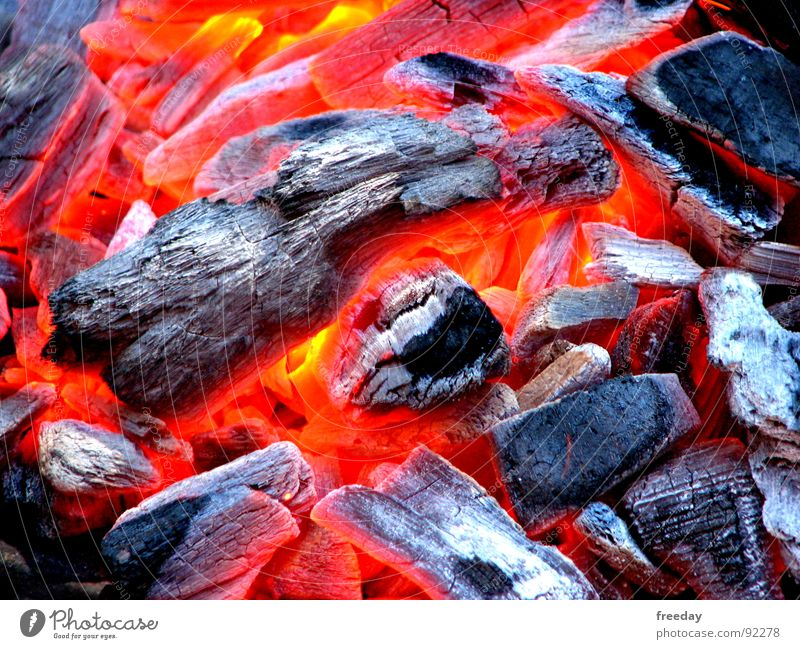 ::: Die Glut, ist gut ::: rot Farbe Kohle Wärme hell Brand Feuer Energiewirtschaft Physik heiß Rauch Grillen brennen gemütlich Flamme Kohlendioxid