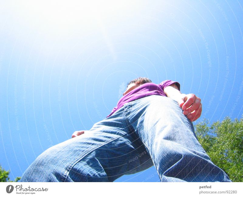 Rise up Mensch Himmel Sonne grün blau Beine hoch Sicherheit Jeanshose violett stark standhaft