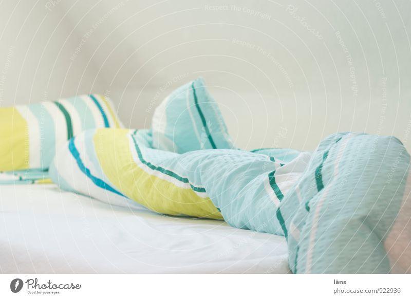 Nestflüchter Ferien & Urlaub & Reisen Wand träumen Wohnung Freizeit & Hobby Häusliches Leben Tourismus frisch Neugier Bett Bettwäsche gestreift Schlafzimmer