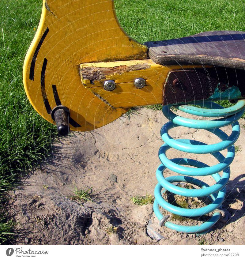 Kindheitserinnerung 2 Natur grün Ferien & Urlaub & Reisen Freude Tier gelb Wiese Spielen Gras Glück Freizeit & Hobby Rasen Spielzeug Stranddüne Metallfeder