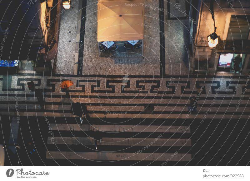 runtergucken Mensch Ferien & Urlaub & Reisen Stadt dunkel Leben Straße Wege & Pfade Menschengruppe gehen Freizeit & Hobby Regen Lifestyle Tourismus Verkehr