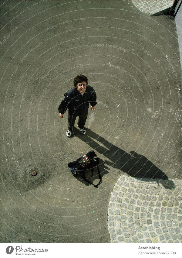Häää? Mensch maskulin Junger Mann Jugendliche Erwachsene Hand 1 Platz Tasche klein grau schwarz Überraschung Perspektive Asphalt Körperhaltung Kopfsteinpflaster