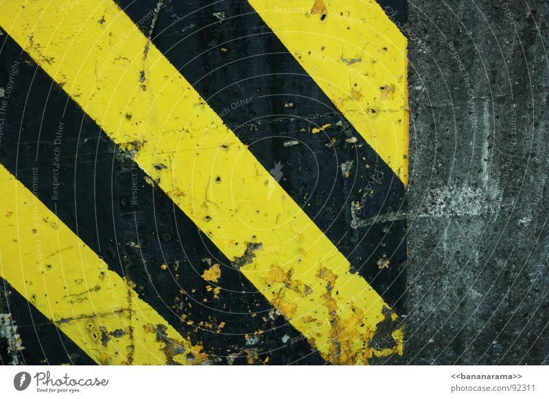 my bananarama Wespen Biene Wand schwarz gelb Streifen Mauer kaputt Splitter einfach Detailaufnahme warning Warnhinweis Schutz Hick Linien Geometrie