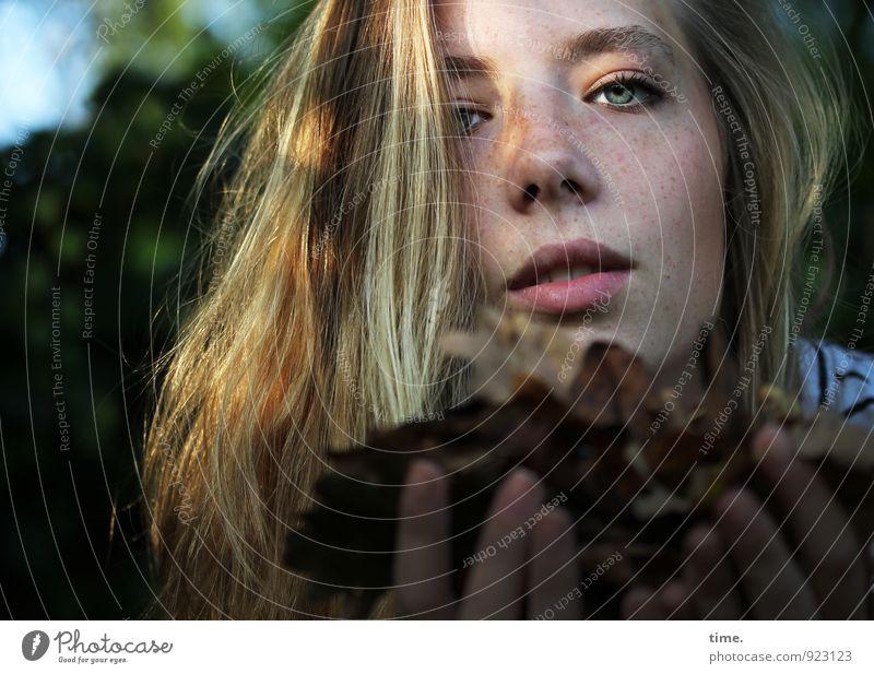 . Mensch Natur schön Herbst feminin Freundschaft blond Perspektive berühren Hilfsbereitschaft festhalten Konzentration langhaarig Fürsorge Herbstlaub Geborgenheit