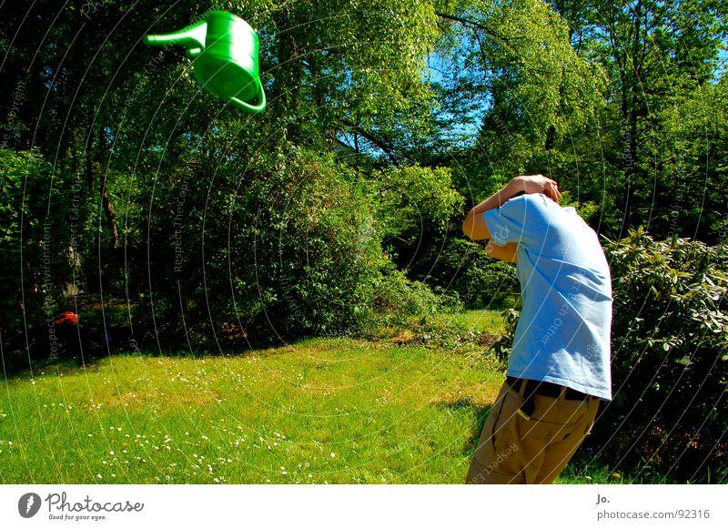 Deckung!!! Gießkanne grün Sträucher Baum werfen Sommer Langeweile Auslöser Angst Panik Garten Arme Schutz fliegen Achtung!