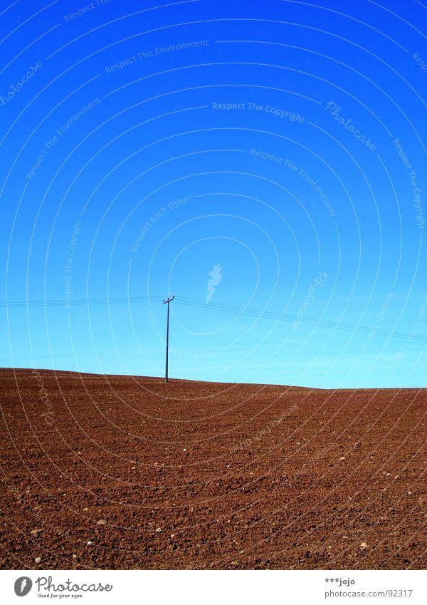 jojo auf dem mond Feld braun gepflügt Frühling himmelblau Kontrast ländlich Strommast Landwirtschaft Mond karg Himmel rural Amerika Kabel Brachland
