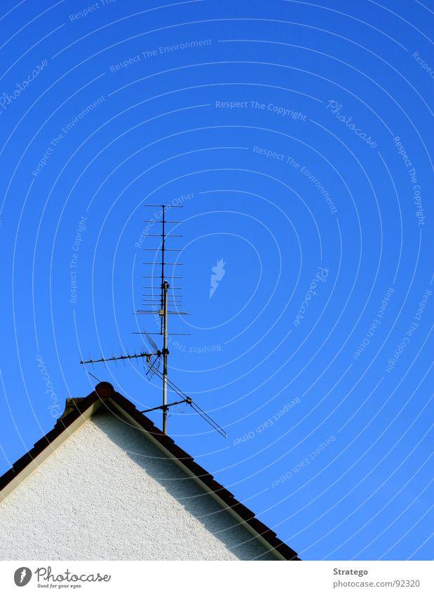 Unsre Antenne Haus Dach Backstein Wand weiß Sender Fernseher Luft Stab Isolierung (Material) Gelassenheit Detailaufnahme blau Begrüßung Himmel Ecke Schatten