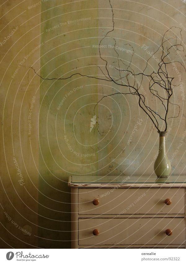 Altersweisheit Herbst Wohnung Wand Kommode Vase Verfall Stillleben Zufriedenheit schäbig Weisheit harmonisch gleich Physik Altbau charmant ruhig Frieden