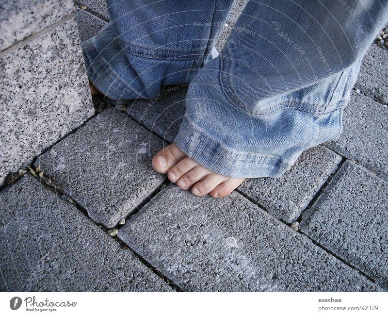 ohne schuh und strümpfe .. Barfuß Strümpfe Mauer Hose Spielen toben Freude Detailaufnahme Bekleidung keine schuhe die schuhe sind eh kaputt keine socken Stein