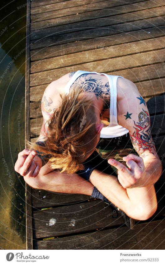 Liebevolle Misantrophie Mann Jugendliche Wasser Brücke Wut Konflikt & Streit Steg Typ Tattoo Punk Finger Ärger Aggression links Außenseiter Mittelfinger