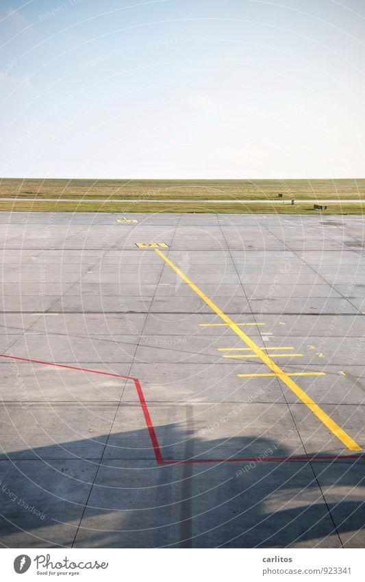 ab in den Süden Luftverkehr Flughafen Flugplatz Landebahn warten Beton Vorfeld Schilder & Markierungen Markierungslinie gelb rot grau grün Ferne Horizont