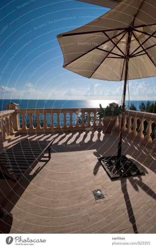 licence to chill Luft Wasser Himmel Sonnenlicht Sommer Wärme Küste Erholung träumen Aussicht Ferne Horizont Terrasse Balkon Geländer Säule Sonnenschirm
