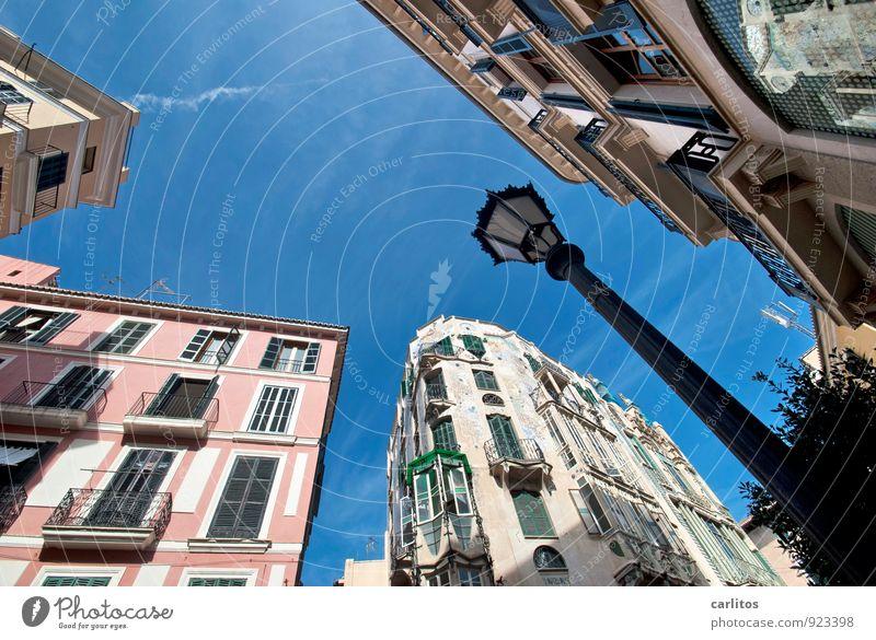 Altstadt Ferien & Urlaub & Reisen Stadt alt blau Haus Ferne Fenster Wand Architektur Mauer Tourismus ästhetisch Schönes Wetter Laterne mediterran Mallorca