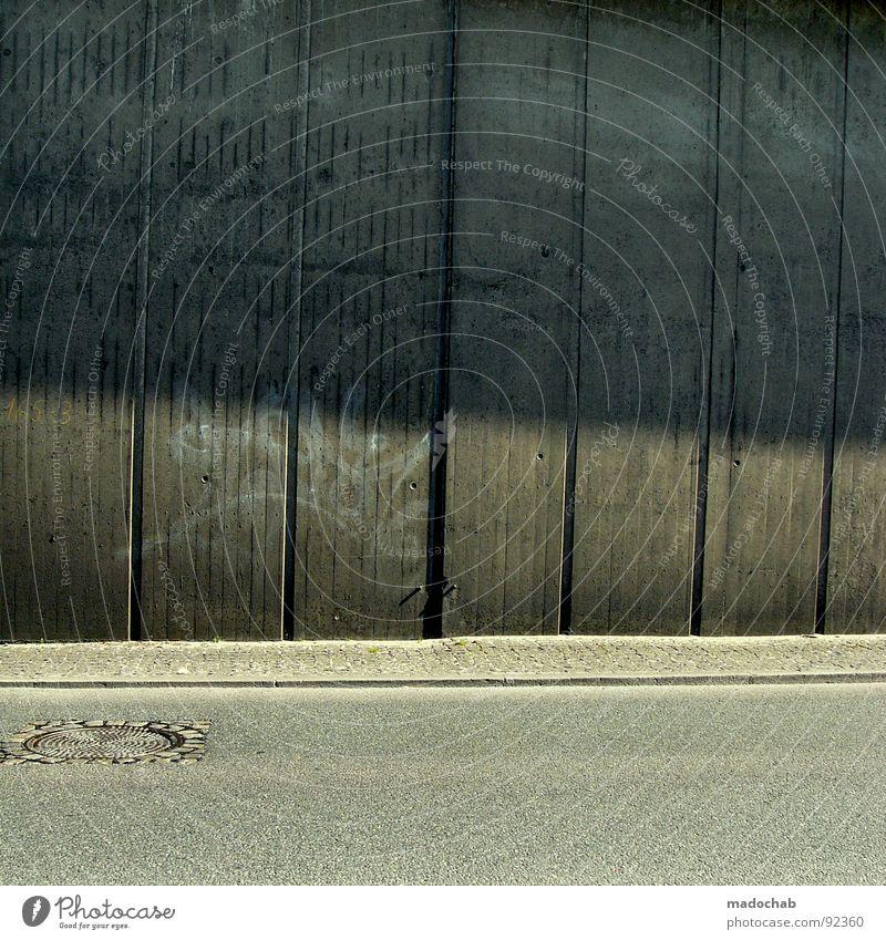DER GULLI IS DER KLEINE BRUDER DER LATERNE Stadt Einsamkeit Straße kalt Wand grau Mauer Linie Graffiti Beton Verkehr trist Asphalt Streifen Langeweile Gully