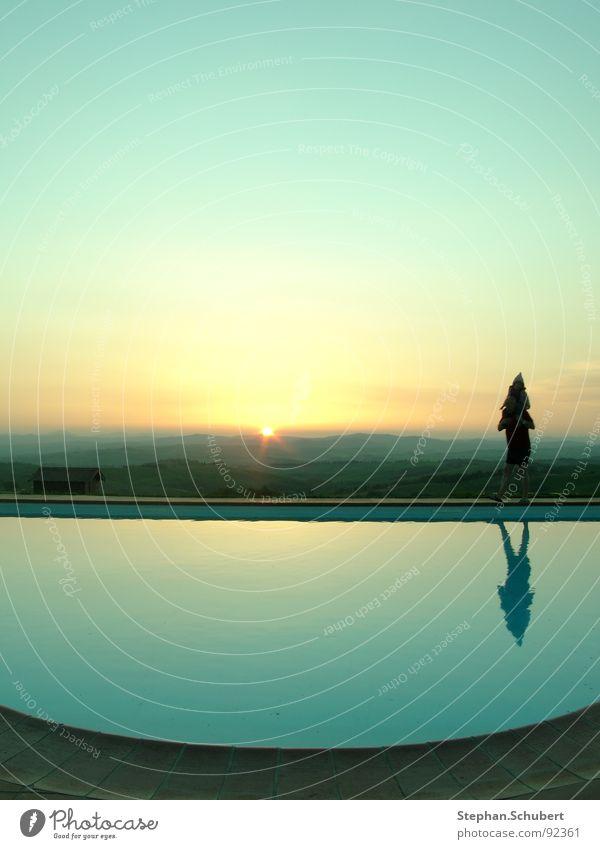 Sonnenuntergang am Pool Himmel Wasser grün Freude Farbe ruhig Erwachsene Ferne Erholung kalt Wärme klein Stimmung Raum Freizeit & Hobby nass