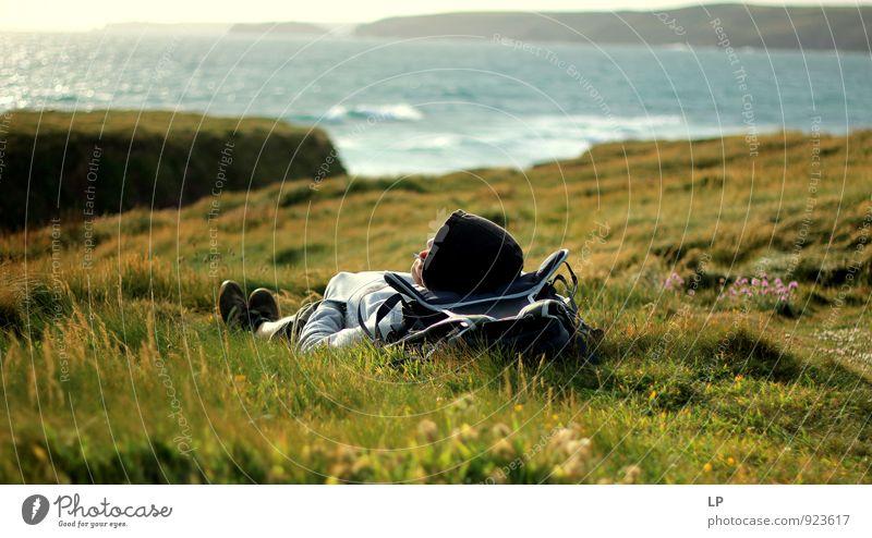 Mensch Ferien & Urlaub & Reisen Jugendliche Meer Landschaft Junger Mann Ferne 18-30 Jahre Strand Erwachsene gelb Gras natürlich Küste Horizont liegen