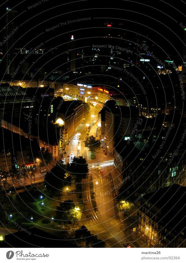 nächtlicher Straßenfluß Nacht dunkel schwarz Langzeitbelichtung Vogelperspektive Haus Licht fließen Stadt Frankfurt am Main Verkehr mehrspurig Illumination