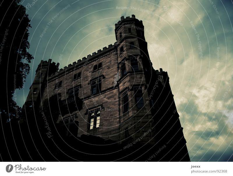 WalBURGisnacht I Himmel alt Baum Wolken Blatt schwarz dunkel Fenster braun Stimmung Angst groß bedrohlich Turm historisch Burg oder Schloss