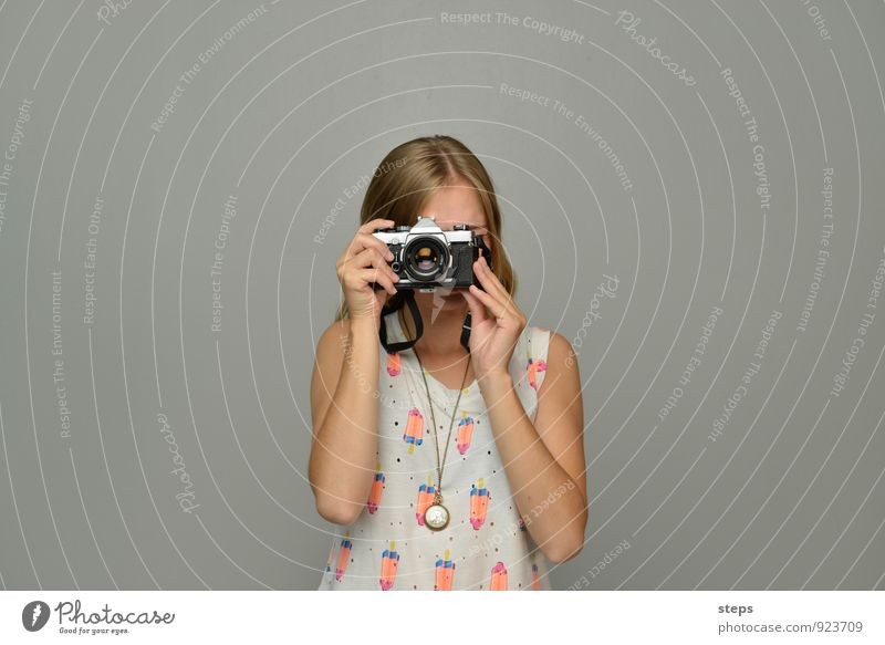 Self I, me, myself Fotografie feminin Junge Frau Jugendliche 1 Mensch 18-30 Jahre Erwachsene Fotokamera beobachten Blick ästhetisch Neugier selbstbewußt