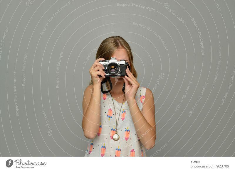 Self I, me, myself Mensch Jugendliche Junge Frau 18-30 Jahre Erwachsene feminin ästhetisch beobachten Fotografie Coolness einzigartig Neugier Fotokamera analog