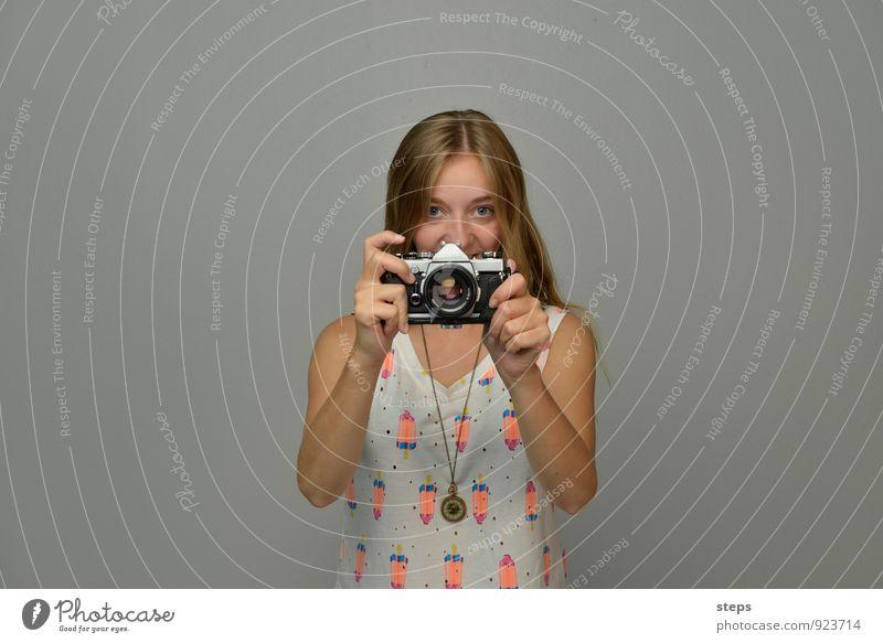Self I 2, me, myself Mensch feminin Junge Frau Jugendliche 1 18-30 Jahre Erwachsene Fotokamera beobachten festhalten Lächeln ästhetisch selbstbewußt Coolness