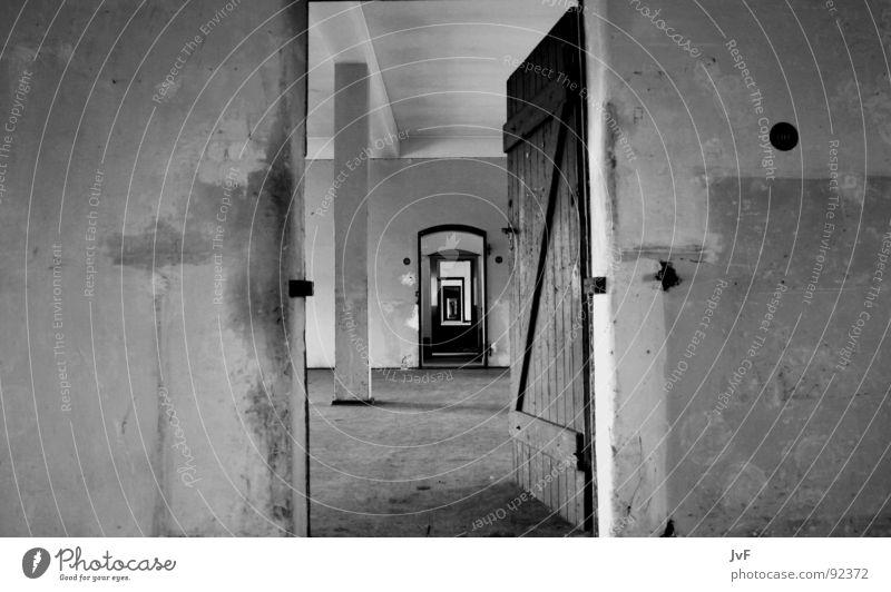 [lebensende] weiß schwarz Einsamkeit Ferne oben Traurigkeit Wege & Pfade Tür Trauer trist offen Ende Unendlichkeit verfallen Militärgebäude