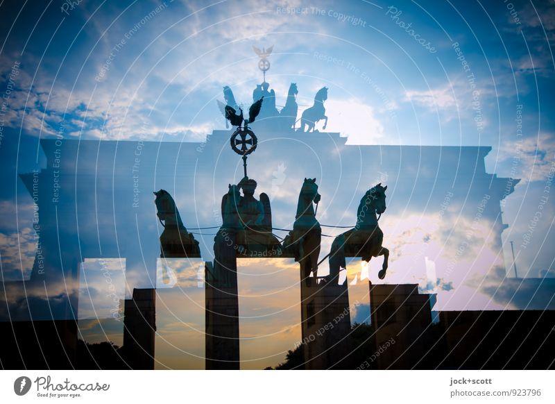 Retourkutsche Skulptur Himmel Wolken Schönes Wetter Berlin-Mitte Hauptstadt Sehenswürdigkeit Wahrzeichen Brandenburger Tor fantastisch historisch Originalität