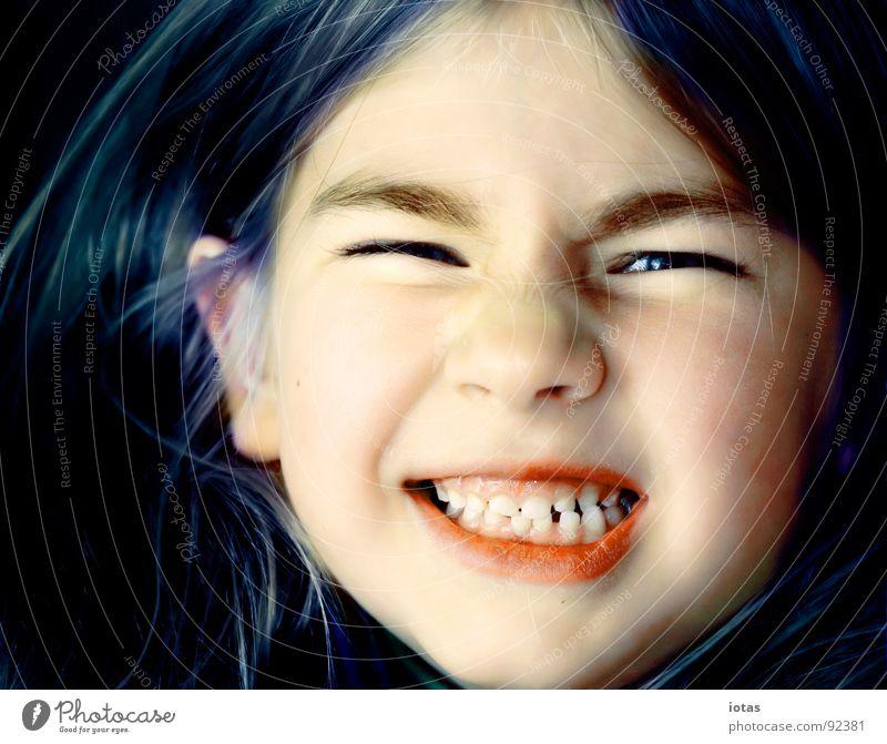 luise II Kind Mädchen Freude Gesicht Haare & Frisuren Mund klein grinsen böse frech laut Porträt Zähne Milchzähne