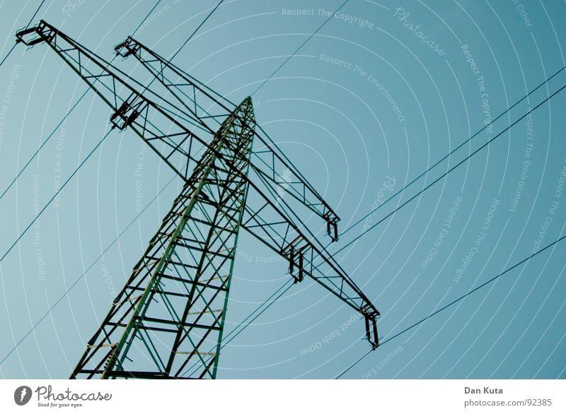 Mast und Strombruch! Elektrizität edel dünn zierlich offen Draht Strommast aufregend Bauwerk Leitung Froschperspektive unten zentral Mitte Geometrie