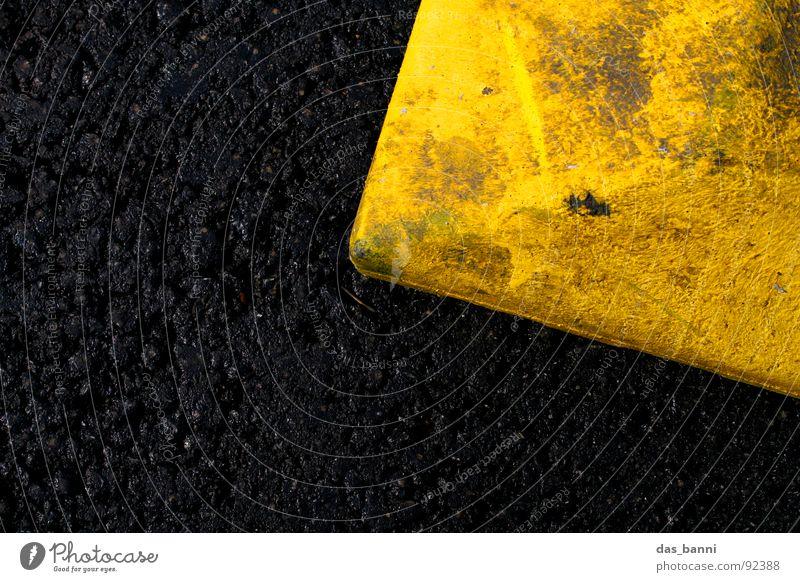 rechts oben schwarz gelb Asphalt Teer ungesund Verkehr Umwelt Angrenzung gefährlich Warnfarbe Strukturen & Formen Vogelperspektive hart signalgelb Grenze stehen