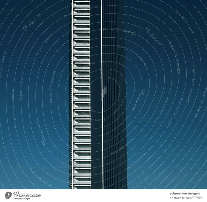 grad grade senkrecht Himmel blau Hochhaus hoch Denkmal Frankfurt am Main Wahrzeichen vertikal