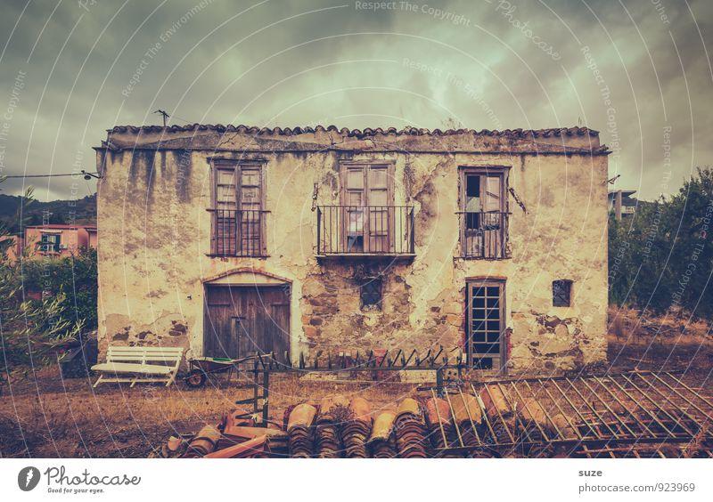 Er wollte nur kurz Zigaretten holen ... Natur alt Einsamkeit dunkel Fenster Architektur Gebäude braun Fassade dreckig trist Tür authentisch kaputt