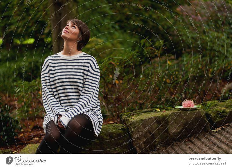 Mettigel Mensch Natur Jugendliche Pflanze grün Junge Frau ruhig 18-30 Jahre Erwachsene Herbst feminin lustig Denken außergewöhnlich Park Regen