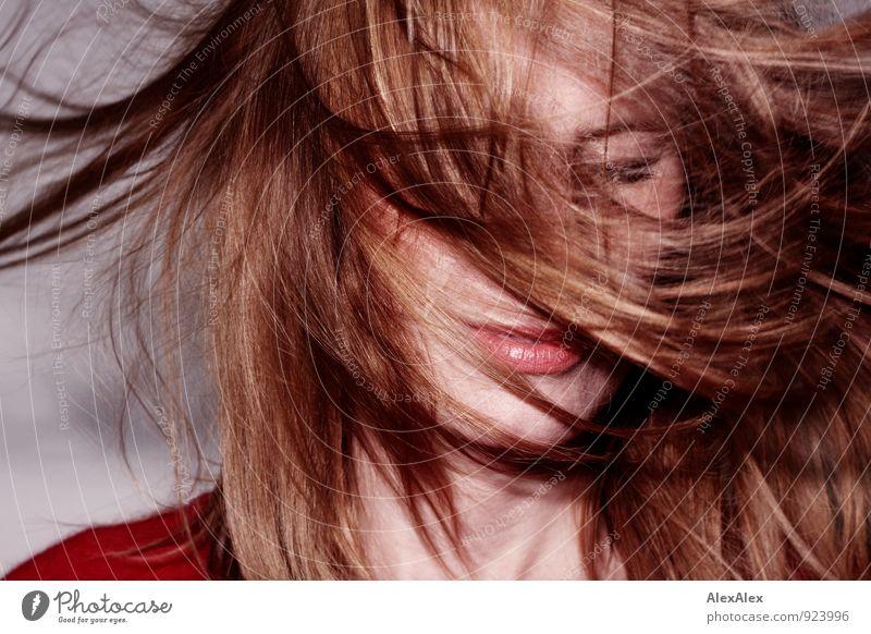 Junge Frau mit um das Gesicht wehendem Haar und rotem Pullover Raum Jugendliche Lippen Haare & Frisuren 18-30 Jahre Erwachsene rothaarig langhaarig Wind