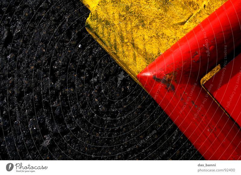 rechts oben die zweite schwarz gelb rot Asphalt Teer ungesund Verkehr Umwelt Angrenzung gefährlich Warnfarbe Strukturen & Formen Vogelperspektive hart dreckig