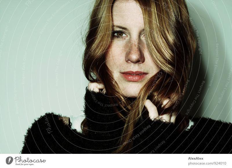 Svenja Junge Frau Jugendliche Haare & Frisuren Gesicht Sommersprossen 18-30 Jahre Erwachsene Pullover rothaarig langhaarig beobachten Blick ästhetisch