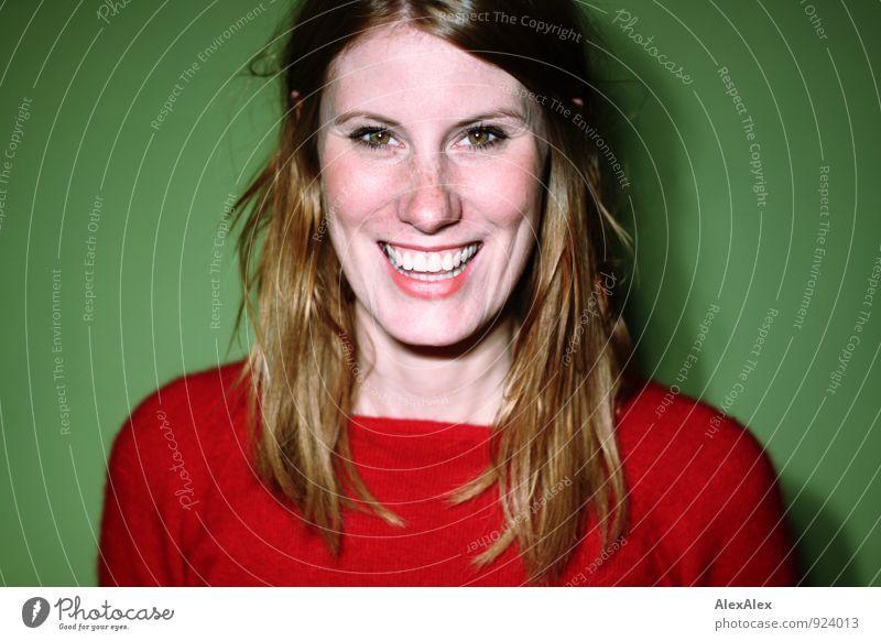Die große Freude Jugendliche schön grün Junge Frau rot 18-30 Jahre Erwachsene Gesicht lustig lachen wild leuchten frisch ästhetisch Fröhlichkeit