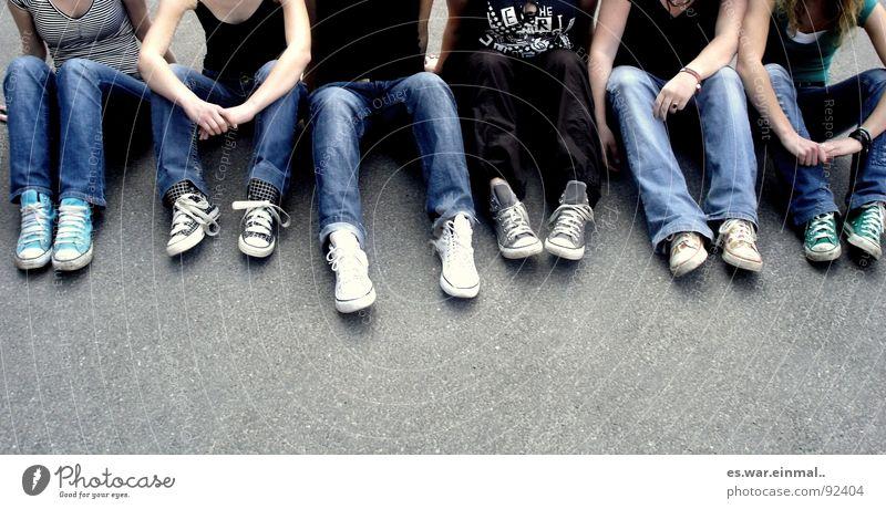 chucks just shoes?! Schuhe Jeanshose Hose Top zierlich lässig Erholung Zusammensein Teamwork Menschengruppe Frau Konzert Beine stoffhose Arme sitzen abflacken