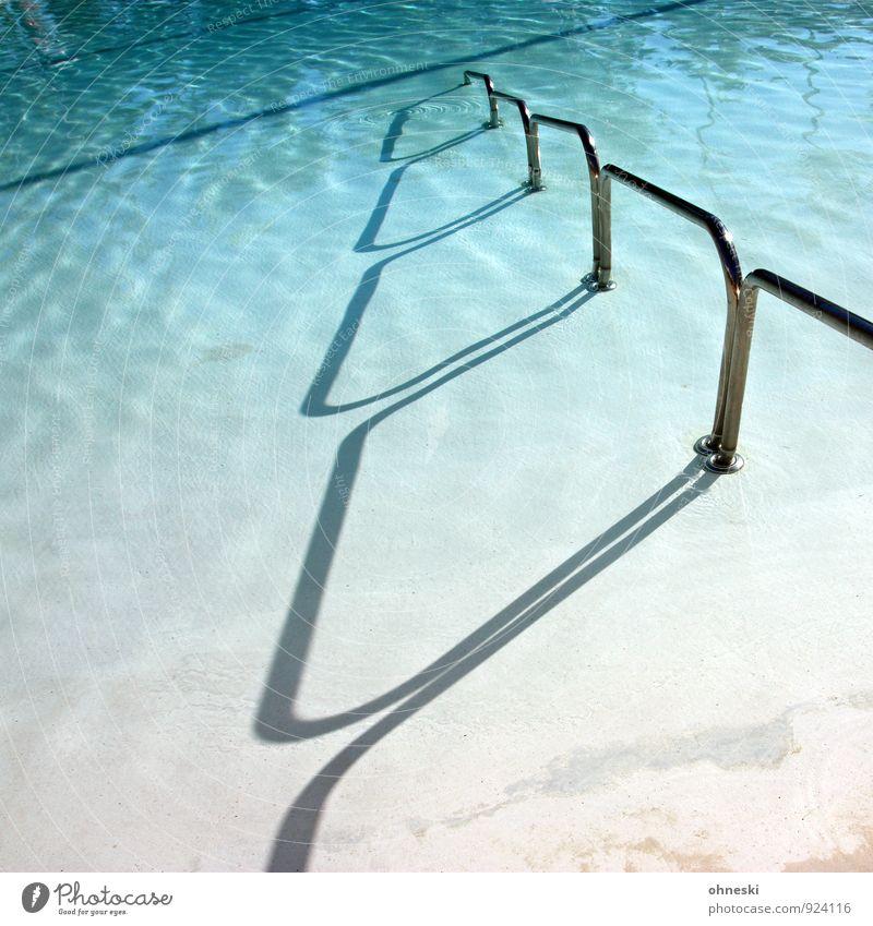 Poolgang Wellness Erholung Spa Sommerurlaub Sonnenbad Wassersport Schwimmen & Baden Schwimmbad Geländer blau Ferien & Urlaub & Reisen Farbfoto Außenaufnahme