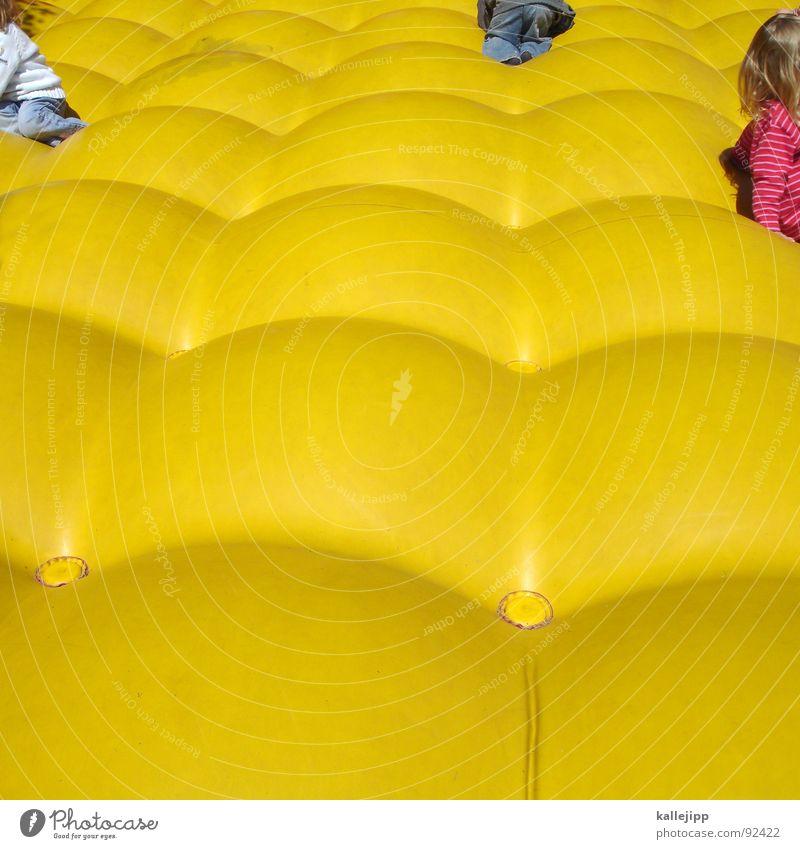 boing, boing, boing Kind Freude gelb Spielen springen Luft Kindheit Kindergruppe hüpfen toben Spielkasino kindlich Luftmatratze Pop-Art spielerisch