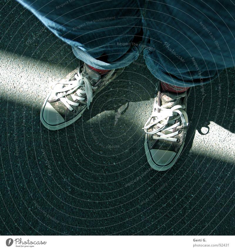 ChuckaChuckaChucka blau Straße Lampe dunkel Fuß Wege & Pfade Schuhe Beine hell braun Bekleidung Jeanshose paarweise Freizeit & Hobby Asphalt Strahlung